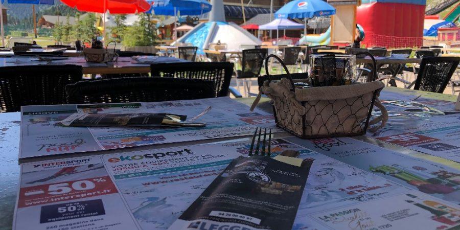 une-terrasse-bien-organisee-avec-les-pochette-a-couverts-restaurant-cote-brune
